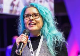 Christina Riedler mit Mikrofon